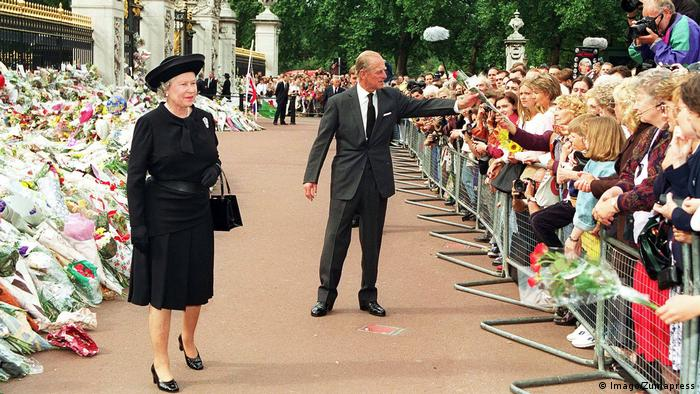 Queen Elizabeth and Prince Philip outside Buckingham Palace (Imago/Zumapress)