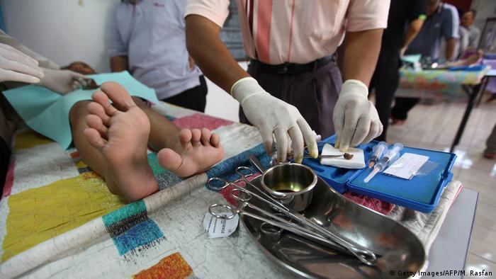 Beschneidung von Jungen (Getty Images/AFP/M. Rasfan)