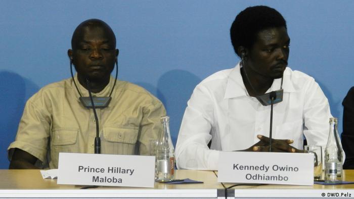 Hillary Maloba und Kennedy Odhiambo bei einer Pressekonferenz in Berlin.