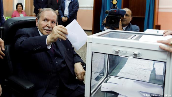Bouteflika wirft einen Wahlschein in einer Urne