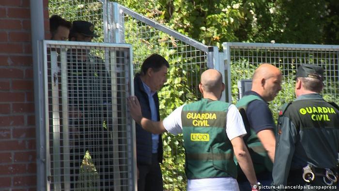 Spanien Madrid Ignacio González kommt raus aus der Polizeistation
