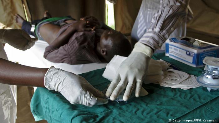 Ein Mann in Uganda wird beschnitten