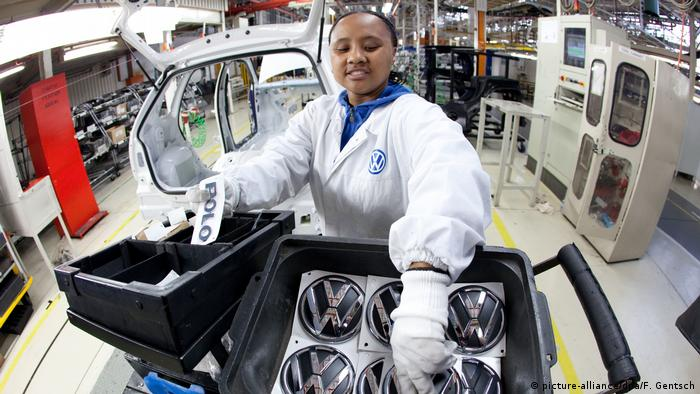 A worker at a plant of German carmaker VW in South Africa (picture-alliance/dpa/F. Gentsch)