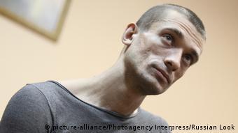 I njohur për protesta spektakolare: artisti i veprimit Pjotr Pavlenski