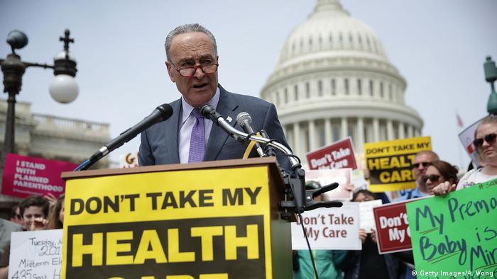 Nehmt nicht meine Krankenversicherung weg verlangt im Mai 2017 Chuck Schumer, der Chef der Demokraten im US-Senat