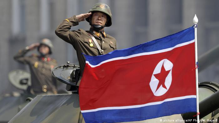 Nordkorea Flagge (picture alliance/AP Photo/W. Maye-E)
