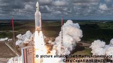 HANDOUT- Eine Ariane 5 Rakete startet am 17.11.2016 in Kourou, Französisch-Guyana. Nur zur redaktionellen Verwendung. Der Raketenbetreiber Arianespace gibt am 04.01.2017 seine Neujahrs-Pk. EPA/S MARTIN/ ARIANESPACE CNES/CSG/ESA Foto: S Martin / Arianespace Cnes/Csg/ARIANESPACE/dpa |