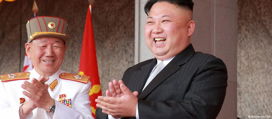 O ditador Kim Jong-un em foto de abril, divulgada pelo regime norte-coreano