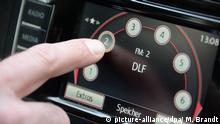 ARCHIV - ILLUSTRATION - Ein Mann stellt am 24.03.2014 in einem Auto in Hamburg den Radiosender Deutschlandfunk ein. (zu dpa Medienmagazin vom Deutschlandfunk startet am 20. März vom 15.02.2017) Foto: Marcus Brandt/dpa +++(c) dpa - Bildfunk+++   Verwendung weltweit