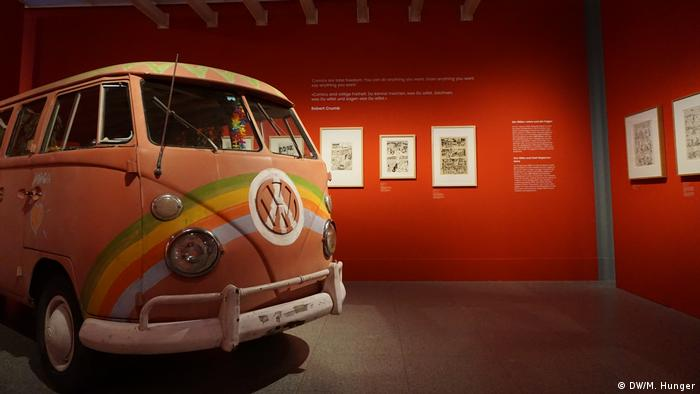 VW-Bus in der Ausstellung der Bundeskunsthalle COMICS! MANGAS! GRAPHIC NOVELS!. (DW/M. Hunger)