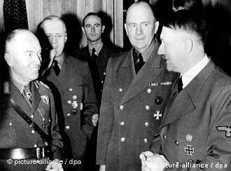 Der rumänische Marschall und Politiker Ion Antonescu (links) im Gespräch mit Führer und Reichskanzler Adolf Hitler (rechts) in der Zeit des Zweiten Weltkriegs. Schwarz-weiss (Photo: picture-alliance/dpa)