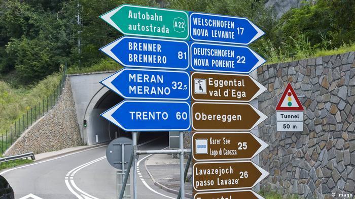 Südtirol Doppelsprachige Straßenschilder