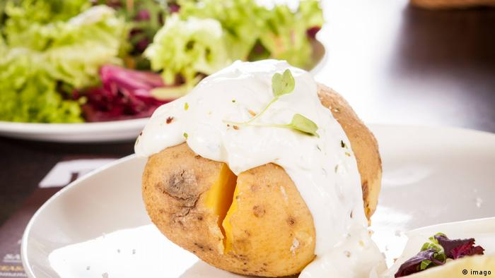 Jacket potato with sour cream (imago)