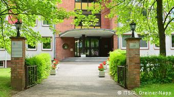 Вход в главное здание Международной службы розыска