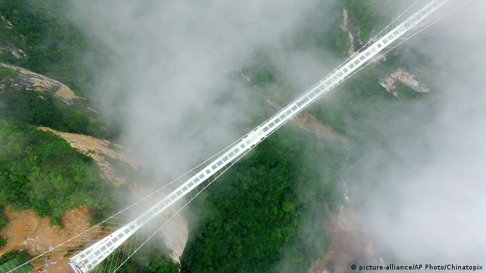 China Glass Bottom Bridge (picture-alliance/AP Photo/Chinatopix)