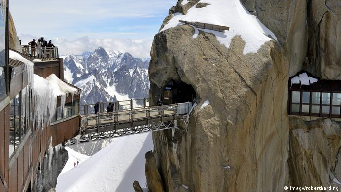 Viewing platforms and walkways Aiguille du Midi Mont Blanc Massif Chamonix Haute Savoie French (Imago/robertharding)