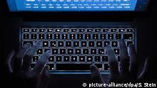 ARCHIV- ILLUSTRATION - Ein Mann benutzt am 26.07.2016 in Stuttgart (Baden-Württemberg) die beleuchtete Tastatur eines Notebooks (Szene gestellt). (Zu dpa Neue Betrugsmasche: Gefälschte Job-Angebote im Internet vom 13.03.2017) Foto: Silas Stein/dpa +++(c) dpa - Bildfunk+++ | Verwendung weltweit