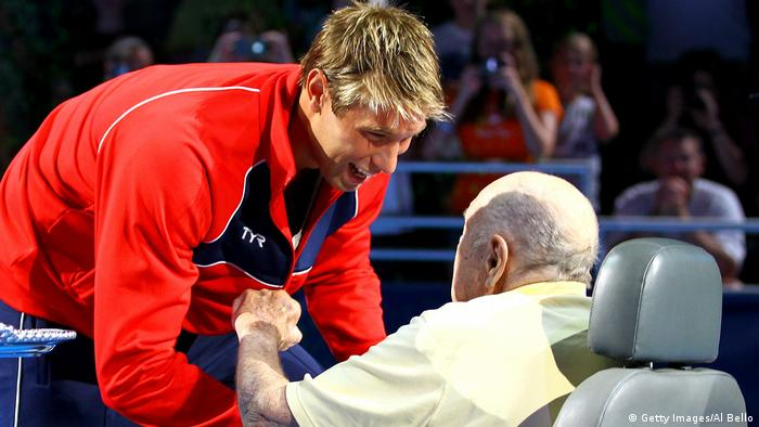 2012 Matt Grevers erhält seine Goldmedaille von Adolph Kiefer (Getty Images/Al Bello)