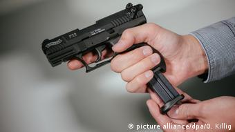 Пистолет в руках мужчины