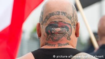 Symbolbild - Rechtsextreme - Waffenschein (picture-alliance/dpa/S. Kahnert)