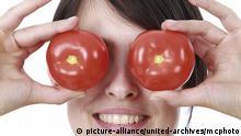 Frau mit Tomaten vor den Augen - Woman with tomatoes before her eyes | Verwendung weltweit Thema Garten im Büro