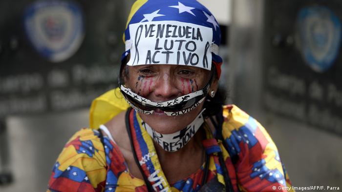 """Durante la misma la exdiputada María Corina Machado hizo un llamado público a militares y policías a que """"suelten las armas y acompañen a una Venezuela que está de pie, con el objetivo de cambiar a Maduro. 06.05.2012"""