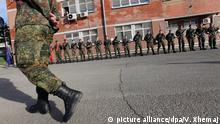ARCHIV- Bundeswehrsoldaten treten in Prizren am 19.03.2010 vor ihren Unterkünften an, um den Verteidigungsminister zu empfangen. Angesichts weiter zunehmender Spannungen zwischen Serben und ethnischen Albanern im Kosovo wird die Bundeswehr nach einem Medienbericht zusätzliche Soldaten auf den Balkan entsenden. Foto: VALDRIN XHEMAJ dpa +++(c) dpa - Bildfunk+++ |