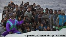 Mittelmeer Flüchtlinge in einem Gummiboot