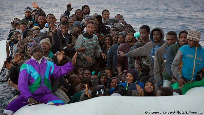 Mittelmeer Flüchtlinge in einem Gummiboot (picture-alliance/AP Photo/E. Morenatti)