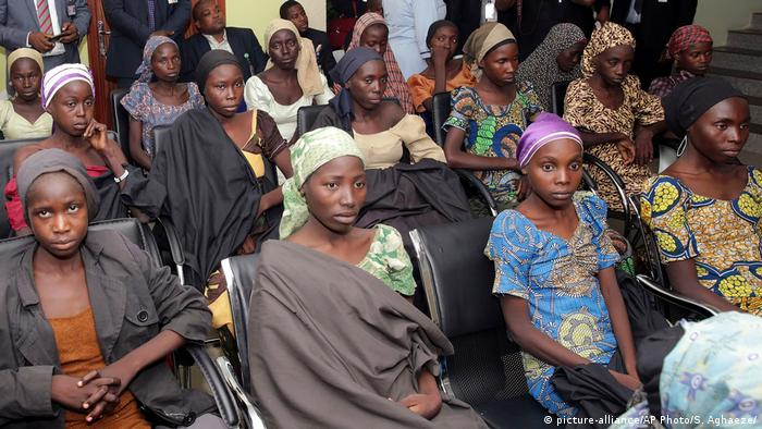 Nigeria Chibok-Mädchen in Abuja (picture-alliance/AP Photo/S. Aghaeze/)