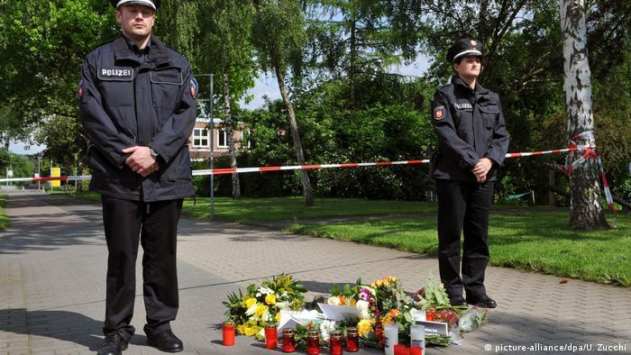 Police officers guard memorial site (picture-alliance/dpa/U. Zucchi)