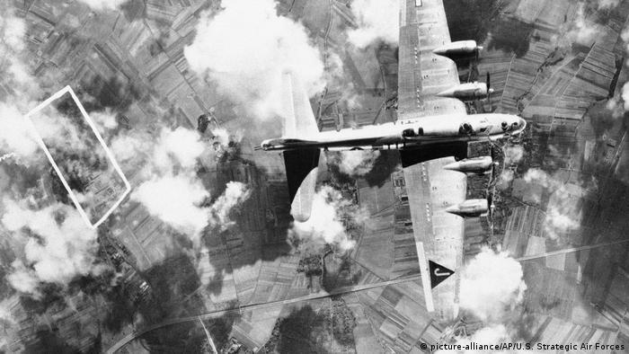 Deutschland - B-17 Flugzeug über Kassel 1944
