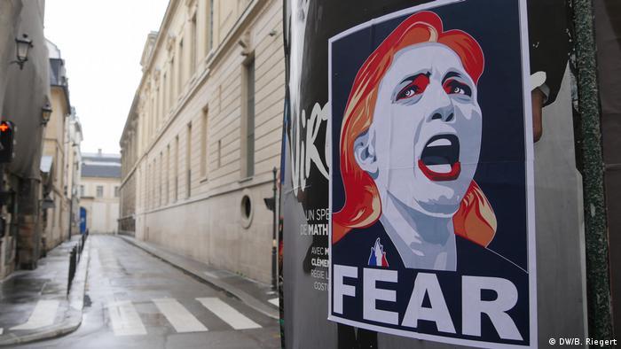 Frankreich - Wahlkampf: Anti-Marine Le Pen Plakat in der Innenstadt Paris (DW/B. Riegert)