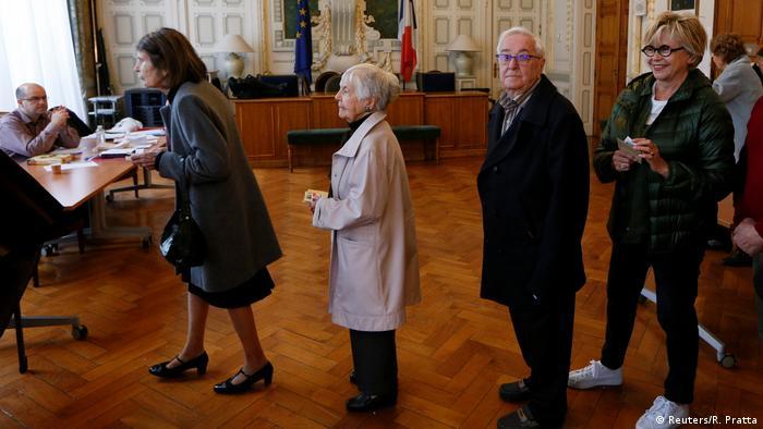 Votantes esperan su turno para emitir su voto este domingo en Lyon.