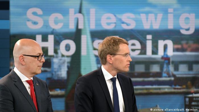 La Unión Cristianodemócrata (CDU) de Merkel se impuso en comicios regionales de Schleswig-Holstein al socialdemócrata (SPD) de Martin Schulz. El CDU logró el 32,9% de los votos, convirtiéndose en primera fuerza del Land. La segunda fuerza fue el SPD con el 26,7 a 26,9%, seguido por los Verdes con 12,9, el partido liberal FDP con 11,5 y el ultraderechista AfD 5.9. 07.05.2017