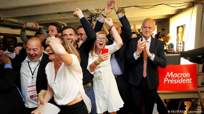 Сторонники Эмманюэля Макрона празднуют победу своего кандидата в Марселе, воскресенье, 7 мая 2017 года