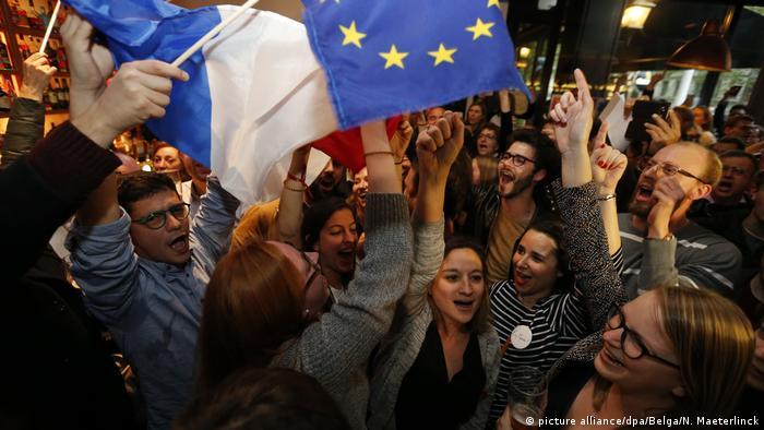Macron abandona presidencia de su movimiento, que cambia de nombre