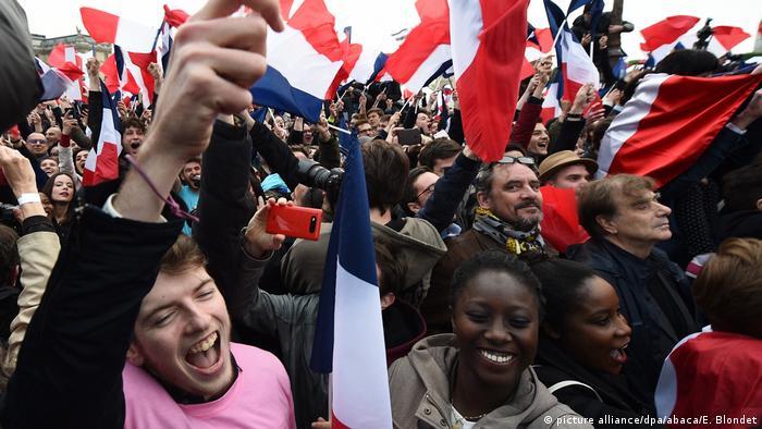 Frankreich Unterstützer von Emmanuel Macron feiern nach der zweiten Runde der französischen Präsidentschaftswahlen 2017 (picture alliance/dpa/abaca/E. Blondet)