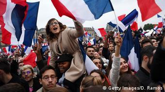 Frankreich Unterstützer von Emmanuel Macron feiern nach der zweiten Runde der französischen Präsidentschaftswahlen 2017