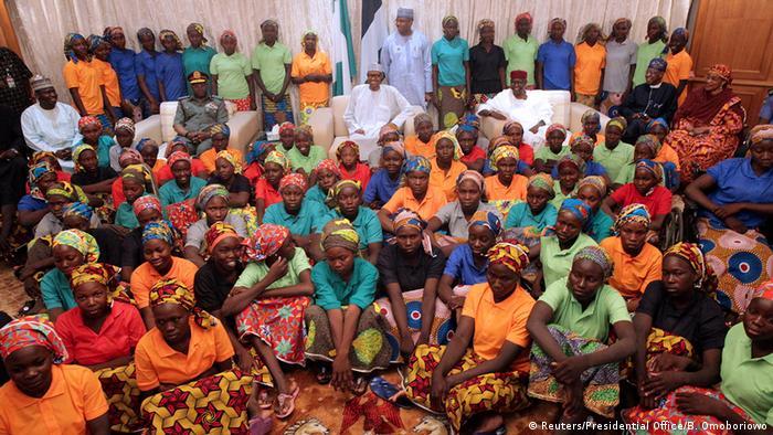 Nigeria Präsident Muhammadu Buhari und die freigelassenen Chibok-Mädchen in Abuja (Reuters/Presidential Office/B. Omoboriowo)