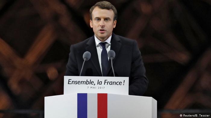Frankreich Präsident Emmanuel Macron spricht vor dem Louvre in Paris (Reuters/B. Tessier)