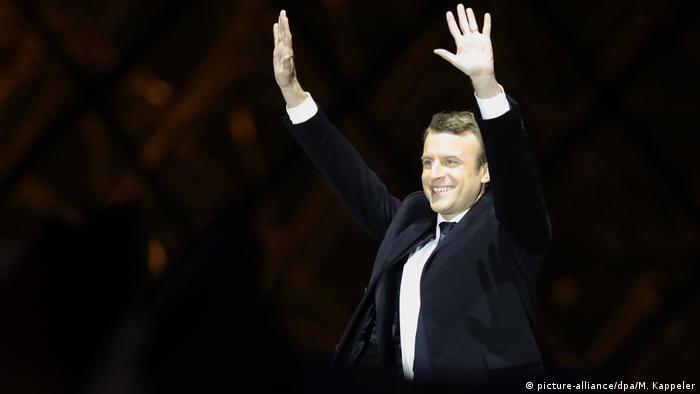 Frankreich Präsident Emmanuel Macron spricht vor dem Louvre in Paris (picture-alliance/dpa/M. Kappeler)