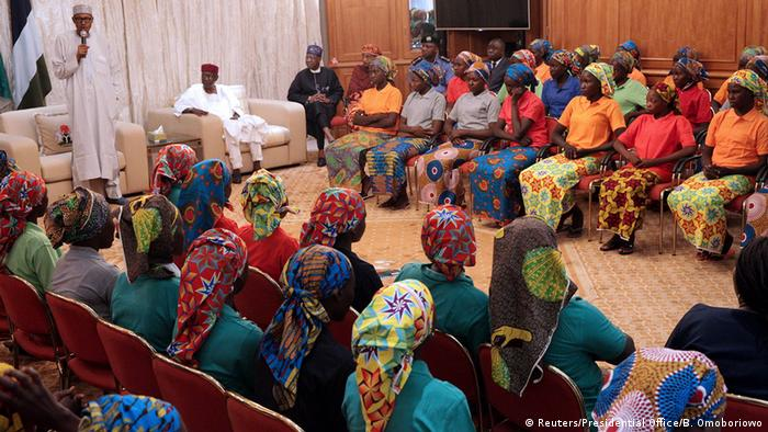 El presidente de Nigeria, Muhammadu Buhari, y las niñas de Chibok liberadas. (7.05.2017).