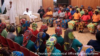 Nigeria Präsident Muhammadu Buhari und die freigelassenen Chibok-Mädchen in Abuja