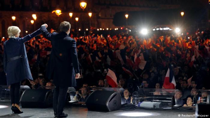 Frankreich Präsident Emmanuel Macron spricht vor dem Louvre in Paris