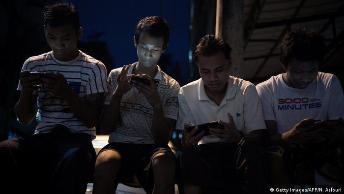 Myanmar June Männer mit Smartphones in Rangun
