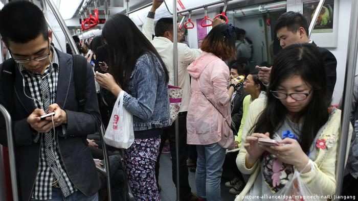 China Menschen mit Smartphones in der Metro in Hangzhou (picture-alliance/dpa/Imaginechina/Li Jiangang)
