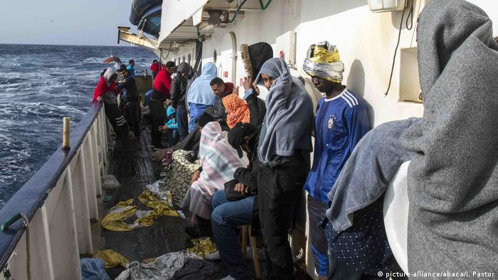 Mittelmeer Gerettete Flüchtlinge (picture-alliance/abaca/I. Pastor)