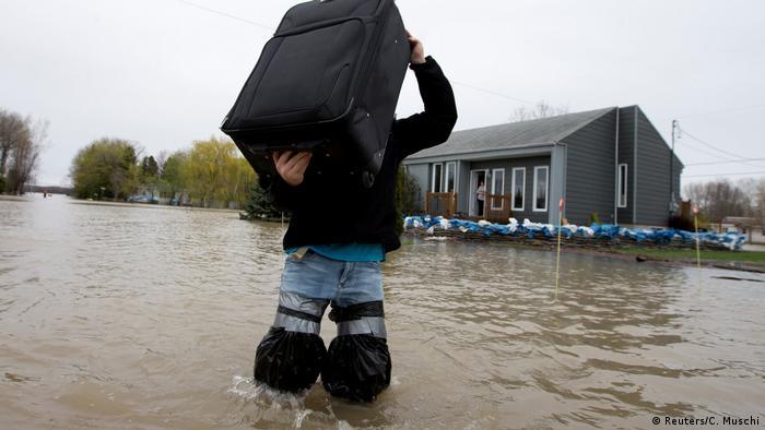 Un residente intenta poner a salvo algunas pertenencias en Rigaud, provincia de Quebec. (Reuters/C. Muschi)