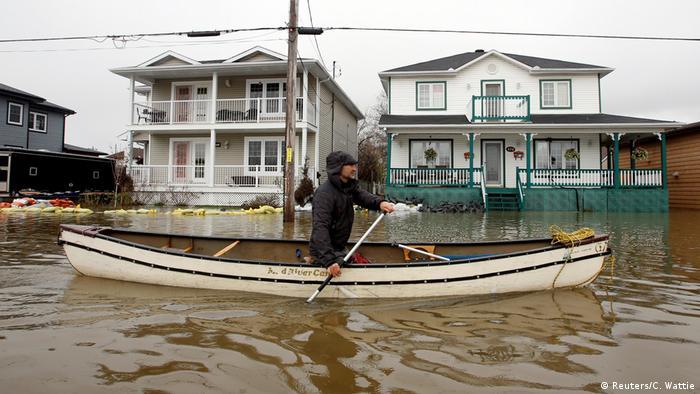 Un hombre conduce una canoa en un área residencial de Gatineau, cerca de Ottawa, de donde proviene la mayoría de los ya más de 1.000 evacuados. (Reuters/C. Wattie)